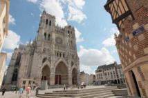 Vue extérieur de la cathédrale d'Amiens depuis le parvis